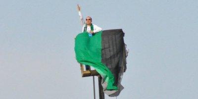 Stadiona buraxılmayan azarkeş oyunu izləmək üçün kran kirayələdi (FOTOLAR)