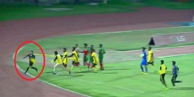 Futbolçular hakimi meydanda qovdular, sonra da döydülər - VİDEO
