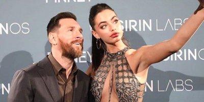 18 yaşlı modellə görüşən Messi özünü itirdi - FOTO/VİDEO