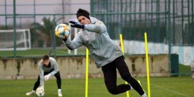 Millimizə xaricdən daha bir futbolçu çağırıldı