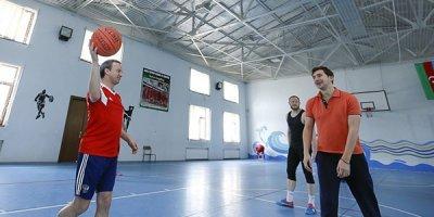 FIDE prezidenti Şəmkirdə basketbol oynadı - FOTOLAR