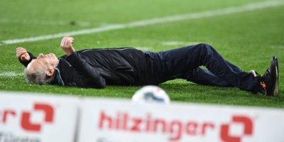 Bundesliqada şok hadisə: futbolçu baş məşqçini yerə yıxdı - FOTO/VİDEO