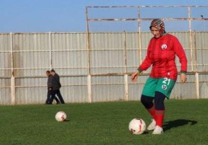 Ailəsi icazə vermədi, qadın 48 yaşında futbolçu oldu - FOTO