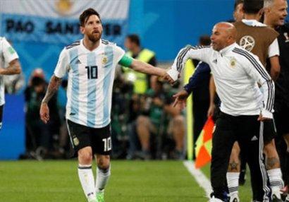Messi hər kəsin önündə baş məşqçisini rəzil etdi