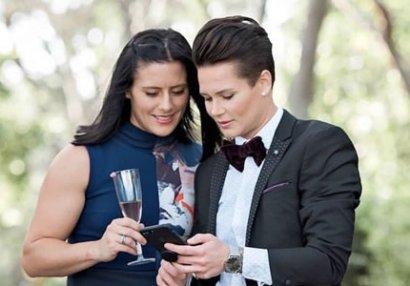 İki qadın futbolçu nişanlandı - FOTOLAR