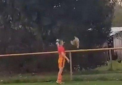 Futbol meydanında insanlığa yaraşmayan hərəkət - VİDEO