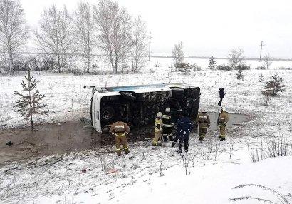 Azyaşlı futbolçuları daşıyan avtobus dərəyə yuvarlandı (VİDEO)