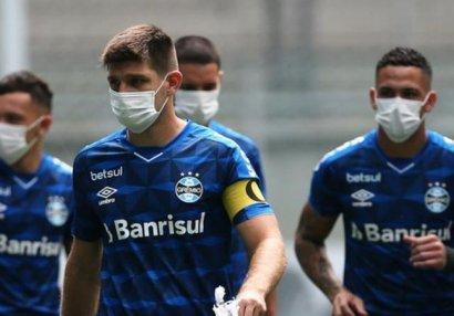Futbolçulardan federasiyaya etiraz: Maska ilə oyuna çıxdılar - FOTOLAR