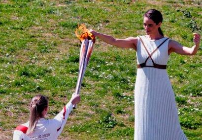 Церемония передачи олимпийского огня прошла в Афинах