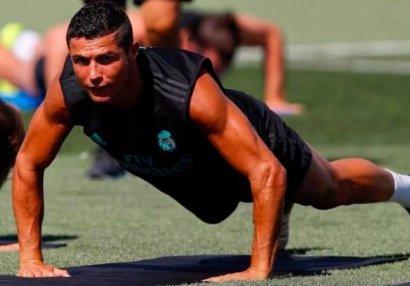 Роналду сделал подарки молодым футболистам