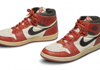 REKORD: Maykl Cordanın idman ayaqqabıları 560 min dollara satıldı