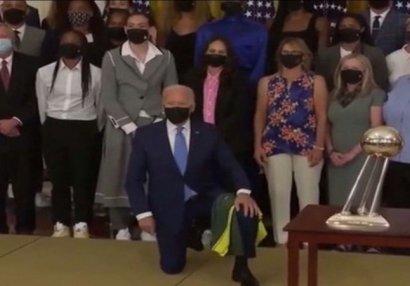 ABŞ prezidenti idmançı qızların qarşısında diz çökdü - VİDEO
