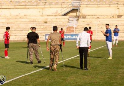 Гази Отечественной войны сделали символическое касание по мячу на футбольном матче в Гяндже